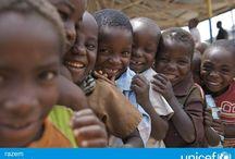 Priorytety UNICEF / UNICEF to organizacja humanitarna i rozwojowa działająca na rzecz dzieci. Od ratujących życie szczepień, przez budowę szkół, po natychmiastową pomoc w sytuacji klęski humanitarnej - UNICEF robi wszystko, aby dzieciom żyło się lepiej. Pracuje w małych wioskach i z rządami państw, bo uważa, że każde dziecko, niezależnie od miejsca urodzenia, koloru skóry czy religii, ma prawo do zdrowego i bezpiecznego dzieciństwa.