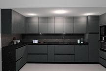 Cocina D23 / El diseño propuesto de esta semana, es una cocina de estilo moderno de lineas continuas.  Se presentan varias combinaciones de colores y acabados, todos ellos en tonos oscuros. En esta cocina se destaca su funcionalidad, ya que tiene una gran capacidad de almacenaje. El diseño se caracteriza por incorporar el sistema gola, ademas de integrar el frigorífico y otros electrodomésticos, con lo que se obtiene una visual sencilla del diseño.