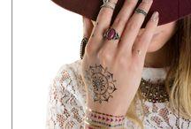 Chrome nails / Des ongles chromés ! Une manucure simple mais qui fait de l'effet grâce au pigments miroir disponible chez Peggy Sage