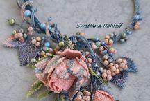 Цветы в украшениях из бисера