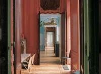Van de Perrehuis / Het Van de Perrehuis werd in 1765 gebouwd als stadspaleis voor het Middelburgse patriciërsechtpaar Johan Adriaan van de Perre (1738-1790) en Jacoba van den Brande (1735-1794). De architect was Jan Peter van Baurscheit de jonge (1699-1768). Het pand is gebouwd op de fundamenten van de commanderij van de Duitse orde. Het Van de Perrehuis werd van 1574 tot 1838 door particulieren bewoond. Vanaf dat jaar tot 1995 deed het dienst als gerechtsgebouw. Vanaf 2000 is het Zeeuws Archief erin gehuisvest.