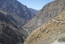 Der Colca-Canyon in Peru / Der Colca-Canyon liegt nördlich von Arequipa in Peru. Es handelt sich um einen der tiefsten Canyons der Welt.   Von Arequipa aus werden täglich Treks in den Colca-Canyon angeboten. Landschaftlich gesehen ist der Canyon eine der schönsten Attraktionen in Peru. Außerdem kann der Kondor im Colca-Canyon wunderbar beobachtet werden.