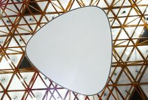 Trojuholníkové svetelné stropy / Trojuholníkové svetelné stropy vo veľkostiach 90cm a 120cm môžu byť dokonalým doplnkom vo Vašom priestore. Trojuholníkový tvar so zaoblenými rohmi, vysoká intenzita a kvalita svetla, rôzne spôsoby inštalácie či povrchovej úpravy umožňujú širokú škálu použitia tohto typu sv. stropov v osvetlení interiérov.