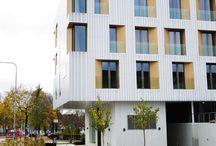 Skandionkliniken / Skandionkliniken är ett unikt projekt som landets sju landsting med universitetssjukhus gemensamt står bakom. Istället för traditionell strålbehandling där man använder röntgenstrålning eller elektronstrålning sker behandlingen på Skandionkliniken med protoner Metoden utvecklades i Uppsala för över 50 år sedan och har därefter tillämpats i liten skala i Sverige med hjälp av Uppsala universitets forskningsutrustning. Arkitekt: LINK arkitektur