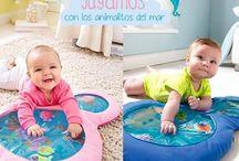 Mantas Acuáticas / Los bebés son felices en estas mantitas acuáticas tratando de atrapar a los peces que se mueven de un lado para otro.