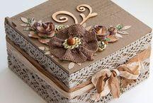 caixa de madeira com detalhe em crochê