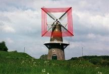 Red Windmill (2010) / Scarlett Hooft Graafland (1973, Maarn) is in 1999 afgestudeerd aan de Koninklijke Academie van Beeldende Kunsten in Den Haag op de monumentale kunstrichting `textiel autonoom'. In mei 2010 heeft zij een zeer bijzonder kunstwerk gemaakt op molen De Hoop in Gorinchem. Ze bevestigde met behulp van kamconstructies enkele kilometers rood draad aan de wieken van deze windmolen. http://www.scarletthooftgraafland.nl