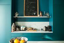 Schlafzimmer / Geht teal/dunkles Meerblaugrün oder wenigstens ein tiefes Preußischblau mit grünem Hauch an der Wand in einem spießigen Neubau mit weißen Kunstofffenstern und komischen Dachschrägen? Tja...