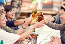 Sommer im Glas: Cocktails & Bowle / Da ist Sonne drin: Diese Drinks sind nicht nur eine super Erfrischung für heiße Tage, sondern machen auch garantiert gute Laune. Perfekt für Gartenpartys, durchtanzte Nächte, gemeinsames Grillen und sonnige Mädels-Nachmittage.