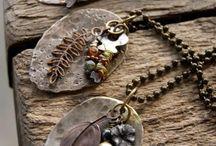 Inspiratie sieraden upcycle / Workshop sieraden maken van oude sieraden, lintjes, lapjes, kraaltjes en kettinkjes.