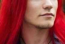uomini belli con capelli lunghi
