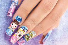 Personajes / Dale un giro divertido al look de tus uñas con diseños divertidos y coloridos. Sorprende a todos y aprende paso a paso como lograr estos diseños de uñas con gel, esmalte y más.