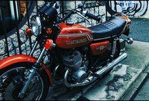 原宿の裏路地でマッハ3発見。詳しくないですけどブレーキを見るに要所要所いじってあるんでしょうか。格好良いですね。 It's Kawasaki mach III(three) also know as 500 SS. It's legend. #motorcycle #kawasaki #500ss #mach3 #マッハ3写真
