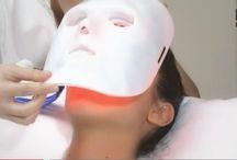 Máscara LED / Tecnología LED  para tratamientos estéticos FOTOTERAPIA ANTIENVEJECIMIENTO La lámpara para rejuvenecimiento cutáneo tiene una emisión de 633 nm. El efecto de esta fuente de luz es generar nuevas fibras de colágeno, mediante activación de los fibroblastos. Se corrigen discromías, se tonifica y se corrigen arrugas finas. Se consigue un aumento en la oxigenación del tejido cutáneo, provocando un cambio en el aspecto general del tejido.