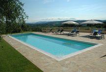 Italie, Agricamping Romita / Agricamping Romita is een kleine camping gelegen middenin Toscane tussen San Gimignano en de Chianti wijnstreek. Er is een heerlijk zwembad met bar en klein terras. De Tendi safaritenten staan tussen de olijfbomen op ruime plekken met fraai uitzicht.