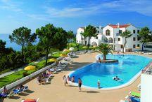 Long stay Bon Voyage / Beläget på klipporna högt över den vackra stranden Santa Eulilia, på Algarve kusten i Portugal kan du njuta av en annan typ av vinter! Här bor du i en välutrustad lägenhet och du har tillgång till pool, både utomhus och inomhus. Att det sedan är ett fantastiskt pris gör ju inte saken sämre! 28 nätter i lägenhet med 1 sovrum och 1 vardagsrum pris per person fr 3 495 kr  läs mer på http://www.bon-voyage.se