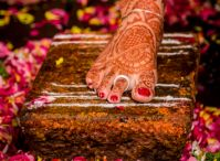 Metti / Metti (Toe Ring), is worn or put on in a woman's toes during her wedding to say that her she resembles the role of both wife and sister. The woman wears toe sets of Metti in the feet, one to represent her brother and one to represent her husband. It is said that, if anyone of them dies, that is her brother or her husband, one of them will be removed from her toes. This is to say that, if her husband dies, then her brother is in the full responsibility to give her complete protection.