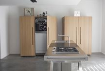 bulthaup b2 - three elements become one kitchen / In order to create space and time for gathering and enjoying each other, bulthaup b2 transforms kitchens into work spaces with lots of open space. The unique combination of kitchen workbench, kitchen tool cabinet and kitchen appliance housing cabinet creates a distinctive atmosphere: essential and clear in its form, efficient and practical in its function.