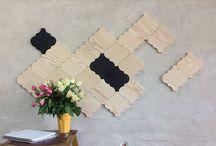 Drewniane mozaiki / Klepki parkietowe z drewna, tworzące mozaiki na ścianach i podłogach.
