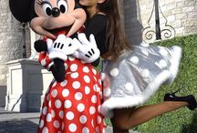 ariana grande with minnie on disneyland