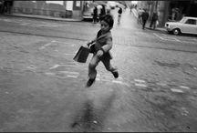 """Josef Koudelka / """"Muchas de mis fotografía las hago sin mirar el objetivo, es como si no existiera la cámara y solo mi cerebro y mis ojos quisieran plasmar la imagen que estoy apreciando, pero llega un momento en que sin darme cuenta mi dedo realiza el disparo. Un acto sumamente mecánico pero lleno de intensidad"""""""