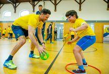"""Löwen & Kids / Wir sehen es als unsere Aufgabe, mit gutem Beispiel voranzugehen und Kids für Sport und Handball zu Begeistern. Neben unserem Kids Club """"Connys Rudel"""" besuchen wir mit der Löwen Schul-Safari Schulen in der Region und trainieren mit den Kids."""