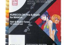 Kurecolor Fine & Brush for Manga / Kurecolor Fine & Brush for Manga to alkoholowy marker produkowany w Japonii przez firmę Kuretake. Dwie końcówki: elastyczna pędzelkowa, którą można rysować cienkie lub grube linie w zależności od siły nacisku oraz druga cienka i precyzyjna. Pędzelek idealny do ożywiających prace cieni i detali, których nie da się zrobić tak dobrze płaską lub cienką końcówka. Można używać z innymi markerami na bazie alkoholu np. Copic Ciao czy Kurecolor Twin S.