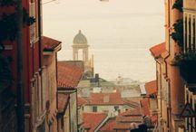PARTIR A TRIESTE / Ville italienne située au pied des Alpes sur la mer Adriatique, à proximité de la frontière italo-slovène. elle est parfois considérée comme la « dernière ville du Nord-Est » de l'Italie, ou comme la « ville de l'extrême Sud » de l'Europe centrale ou bien comme la « première ville » de la nouvelle Europe élargie à l'Est.