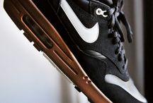 Zapatillas y más. / Molto boune scarpe.