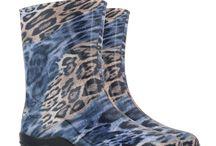 Niebanalne kalosze damskie MUZA Kolmax / Kalosze damskie MUZA firmy Kolmax są wyprodukowane z PVC. Dzięki temu materiałowi buty są wytrzymałe i wodoszczelne. Do każdego wzoru kaloszy damskich muza można dokupić ocieplacze.