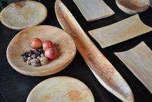 Naczynia drewniane / Nasze niepowtarzalne naczynia drewniane idealnie nadają się na biesiadne (wiejskie) stoły oraz do każdej kuchni. Wykonane z litego drewna olchowego nie posiadają elementów klejonych i łączonych. Zastawy doskonale nadają się na biesiadne stoły dodając uroku i swojskiego klimatu prezentowanym  i potrawom. Ręczne wykonanie i niepowtarzalność natury sprawia, że wyroby są oryginalne i wyjątkowe. Każde naczynie i jest inne i niepowtarzalne.