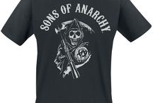 """Sons Of Anarchy / Sons of Anarchy è una serie tv americana, ideata da Kurt Sutter e mandata in onda per la prima volta il 3 settembre 2008. Ambientata nella città (immaginaria) di Charming (Valle di San Joaquin in California), la serie narra le vicende di un gruppo di motociclisti, i Sons of Anarchy appunto. Il personaggio principale della serie è Jackson """"Jax"""" Teller (interpretato da Charlie Hunnam), vicepresidente del club che inizia a metterne in discussione regole e atteggiamento."""