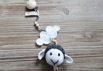 Kinderwagenanhänger by Handmade by Vieri / Seid ihr auf der Suche nach einem Geschenk zur Geburt, zur Taufe, zum Geburtstag oder einfach so? Diese süße gehäkelte Babysachen wären ein ganz tolles persönliches Geschenk!