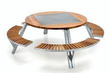 Extremis / En 1994 por iniciativa de Dirk Wynants, la compañía empezó muy modestamente, con la creación de la mesa multifuncional Gargantúa. Desde el Westhoek (Gijverinkhove, situado cerca de la frontera francesa en un rincón lejano del oeste de Flandes) Extremis ha logrado obtener una posición firme en la escena internacional del diseño.