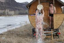 Banya: le froid après / Après la banya, il est très important de se refroidir : plongeon dans l'eau, dans la neige, douche, repos au grand air, boissons.