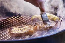 Zomerse BBQ / Het mooie weer kan maar één ding betekenen: we kunnen weer gaan barbecueën! Met deze recepten, video's en tips kunt u optimaal genieten van een heerlijke barbecue.