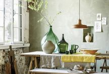 Rustic dining / Beautifully rustic dining ideas using reclaimed wooden tables and linen tablecloths and seasonal flowers