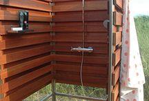 sprchy na zahradě