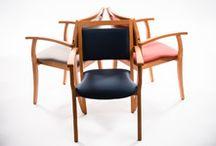 Chaise avec accoudoirs / Acomodo est le spécialiste des chaises avec accoudoirs pour senior et personne âgée : des chaises solides, confortables et personnalisables.