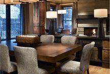 stół, lampa, krzesła (tylko inny wzór na krzesłach)