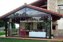 Cerramientos de porches / Proyectos de Akrista realizados para porches de madera, obra, con techos y cortinas de cristal