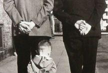 """Robert Doisneau și Henri Cartier- Bresson,  Henri Manuel... / Robert Doisneau (1912-1994) a fost un fotograf francez . El si Henri Cartier-Bresson au fost pionierii fotojurnalismului. """"Minunile vieții de zi cu zi sunt atât de interesante ! Niciun director de film nu poate aranja neașteptatul pe care îl găsiți pe stradă"""".  """"Nașul fotografiei stradale"""" - Robert Doisneau"""