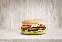 Jim Block Burger / JB Burger sind Prime Beef Burger aus der eigenen Block House Fleischerei, die à-la-minute gegrillt werden. Einzigartig in Deutschland, bestehen die Block Burger aus deutschem Rindfleisch und südamerikanischem, gereiften Steakfleisch.