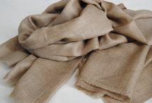 Cashmere / La elegancia y calidez de las pashminas de cashmere.  En las zonas montañosas frías y remotas de las altitudes de los Himalayas y de la meseta Tibetana viven las cabras de cashmere, que toman su nombre de la región de Kashmir, e incluyen un número de razas que producen una lana excepcionalmente suave y cálida.  No hay nada como la cálida y elegante suavidad de nuestras prendas de cashmere.
