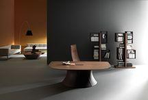 Ola - by Martex / Ola è una scrivania direzionale caratterizzata da un segno forte e distintivo che disegna un ufficio di alta gamma. L'alto livello della scrivania è dato dalla particolarità della forma e dal pregio dei materiali.