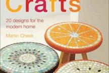 Banquitos de madera decorados con mosaicos de colores