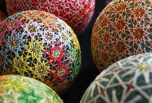 TEMARI BALL / A Temari labda készítésének művészete Kínából jutott el Japánba a VII. században. Ez a játék eredetileg a kimono megmaradt anyagából készült. A Temarit általában édesanyák és nagymamák készítették gyermekeiknek újévi ajándékként. Ez a labda a mély barátság jelképe is egyben. Előfordult, hogy a készítő kis csörgőt, vagy más egyéb ajándékot rejtett el benne.