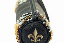 NoLa (New Orleans) / Introducing our NoLa (New Orleans) ​handbag ​for all you Fur de Lis and New Orleans Saints fans!! Wear your gold and black with N'awlins pride! The NoLa MBag is 7.5 x 2.5 in size with approximately 3,000 beads.