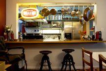 Organização de cozinha / O conceito aqui era ficar tudo à mostra. Panelas, pratos, xícaras e outros utensílios fazem parte da decoração.