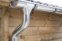 Zinken dakgoot | Verzinkt / Een zinken dakgoot biedt dé ideale bescherming tegen waterschade aan bijvoorbeeld uw tuinhuis of blokhut. Hiermee kunt u direct het regenwater afvoeren of opvangen in bijvoorbeeld in een regenton. De zinken dakgoot is ook verkrijgbaar in titaan zink.